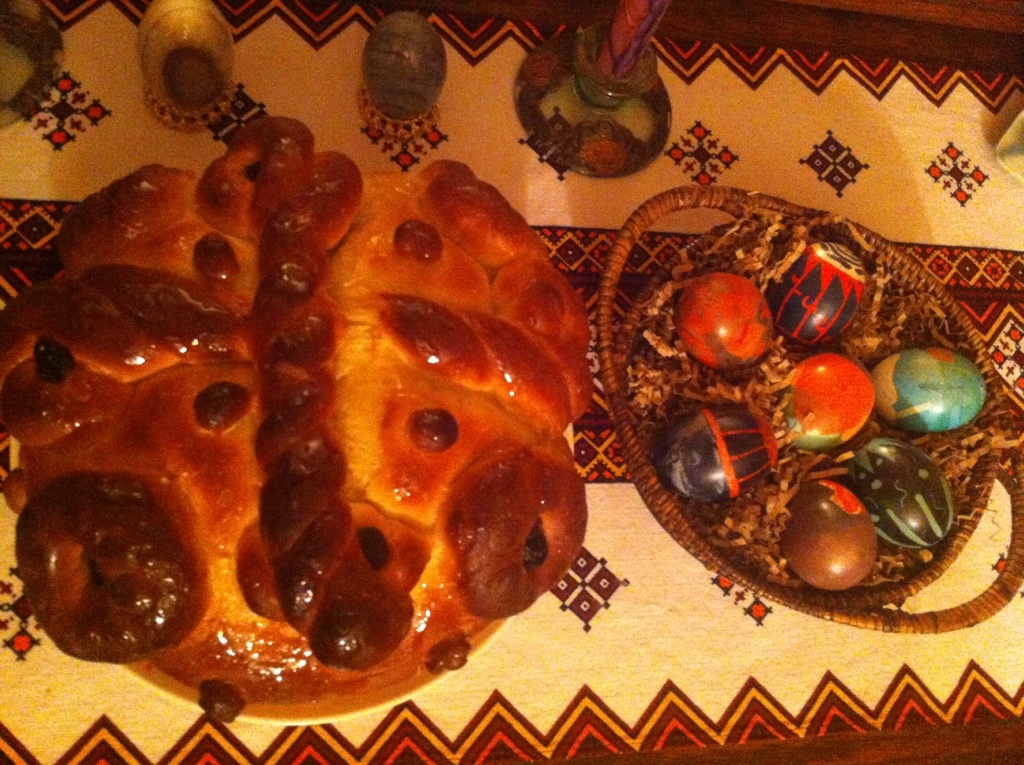 Babka break on a Ukrainian table runner with Easter eggs next to the bread